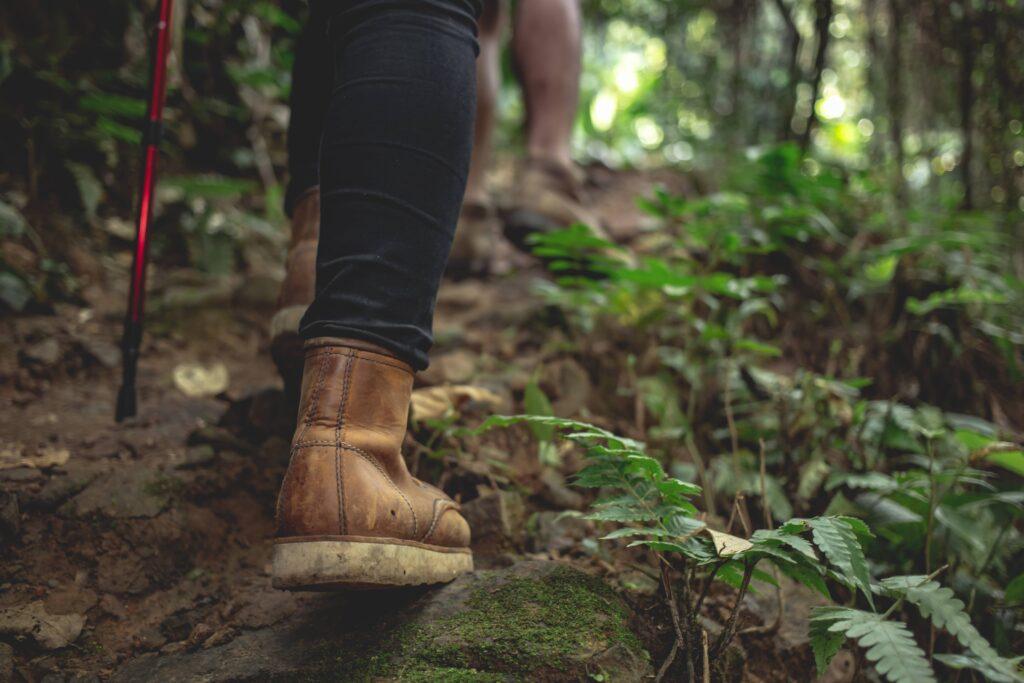 Botas de mujer mientras practica senderismo.